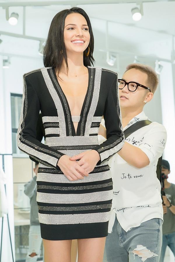 Valeria cho biết cô ấn tượng với các thiết kế của Chung Thanh Phong từng được Minh Tú diện ở cuộc thi Miss Suprantaional 2018. Nên khi ở Việt Nam, cô quyết định đến thử những kiểu trang phục phù hợp sở thích bản thân.