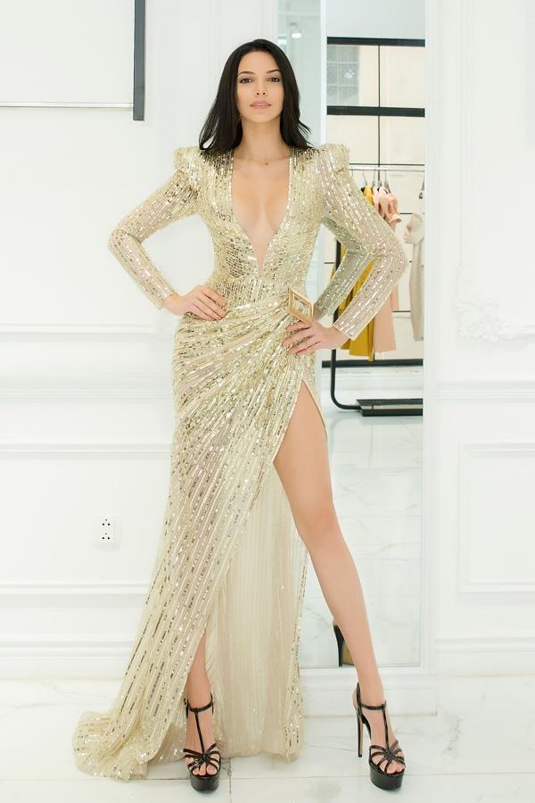Người đẹp tự tin tạo dáng với chiếc váy xẻ ngực sâu. Cô cao 1,79 m, sở hữu số đo 89-66-89 cm.