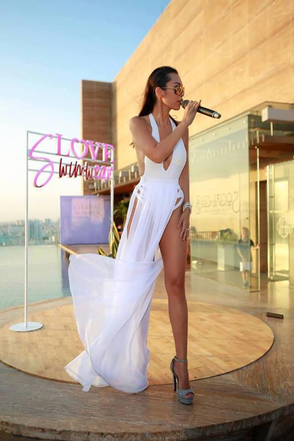 Váy xẻ ngang hông được Hà Anh chọn lựa khi xuất hiện trong buổi giới thiệu thương hiệu áo tắm.