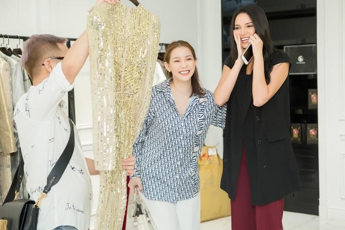 Doanh nhân Hải Dương - Giám đốc quốc gia Miss Suprantional tại Việt Nam (giữa) mua một bộ váy tặng Valeria.