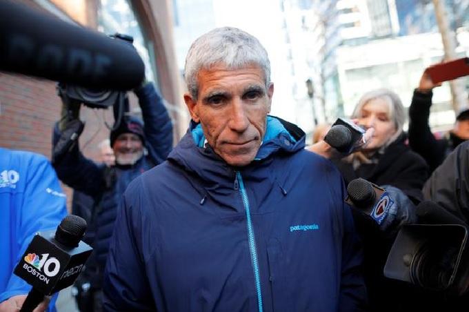 William Rick Singer rời tòa án liên bang tại Boston, bang Massachusetts ngày 12/3 (giờ Mỹ) sau khi bị buộc tộichủ đường dây gian lận tuyển sinh đạihọc toàn quốc. Ảnh:Reuters.