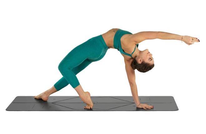 Tại các phòng tập yoga, tấm thảm được nhiều người sử dụng sẽ không đảm bảo được vệ sinh. Để tiện lợi và sạch sẽ, bạn nên chọn mua thảm tập với chất liệu phù hợp như cao su tự nhiên, các vật liệu thực vật. Lưu ý về độ dài của thảm tập yoga để có thể duỗi tay và chân thoải mái, thường từ 1,8 đến 2 m. Độ dày khoảng 6 mm đảm bảo bạn không bị đau và thâm tím.