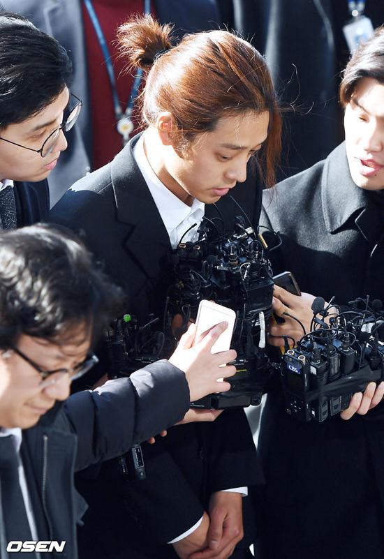 Khuôn mặt thất thần, Jung Joon Young nói sẽ tuân thủ, thành thật khi tham gia cuộc điều tra. Nam ca sĩ từng là một ngôi sao triển vọng của làng giải trí Hàn vì tài năng ca hát,