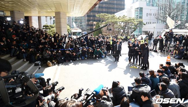 Vụ việc Jung Joon Young và Seungri cùng một số nghệ sĩ nam khác lập phòng chat kín để chia sẻ các video tình dục gây xôn xao làng giải trí Hàn suốt những ngày qua, thu hút sự quan tâm kỷ lục của báo giới. Cùng với Jung Joon Young, Seungri của Big Bang cũng sẽ tới sở cảnh sát sáng nay để trình diện.