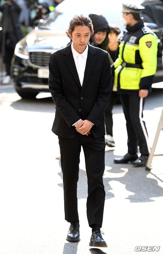 Jung Joon Young vừa trở về từ nước ngoài hôm 12/3 để phục vụ cho việc điều tra. Anh cũng đã rút khỏi làng giải trí sau hàng loạt tội lỗi mình gây ra.