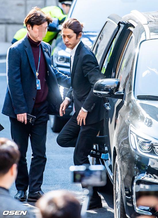 Sáng nay  14/3, ca sĩ Jung Joon Young tới sở cảnh sát Seoul Metropolitan Police Department, Jongno-gu, Seoul để trả lời thẩm vấn, liên quan đến scandal quay lén cảnh phòng the và phát tán nó lên nhiều nhóm chat kín. Ngay khi rời khỏi xe hơi, Jung Joon Young có phần lo lắng, khi hàng trăm phóng viên xuất hiện tại sở cảnh sát để đưa tin về sự việc.