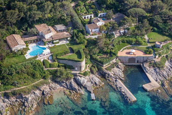[CaptioÔng sở hữu một villa tại Saint-Tropez, thuộc vùng Provence-Alpes-Côte dAzur miền đông nam Pháp. Ông cũng được cho là đã chi ít nhất96,4 triệu USDđể mua nhà tại Los Angeles, Beverly Hills, Trousdale Estates và Hollywood Hills, Mỹ.