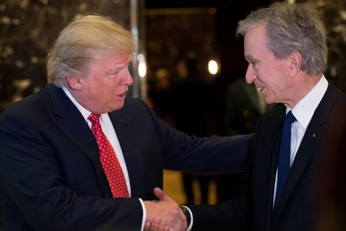 Arnault từng tiếp xúc với nhiều nhân vật quyền lực thế giới, trong đó có Tổng thống Mỹ Donald Trump tại Trump Tower, New York vào năm 2017, ngay sau khi ông Trump nhậm chức để thảo luận về việc mở rộng các nhà máy của LVMH ở Mỹ.