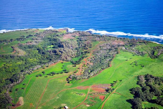 Năm 2014, danh mục bất động sản của tỷ phú trẻ được bổ sung thêm 2 tài sản trên đảo Kauai, Hawaii. Chúng bao gồm Kahuaina Plantation - đồn điền mía đường rộng 357 mẫu và Pilaa Beach - bãi cát trắng 393 mẫu. Zuckerberg nói mình và vợ mua mảnh đất này vì muốn bảo tồn vẻ đẹp tự nhiên của nó.