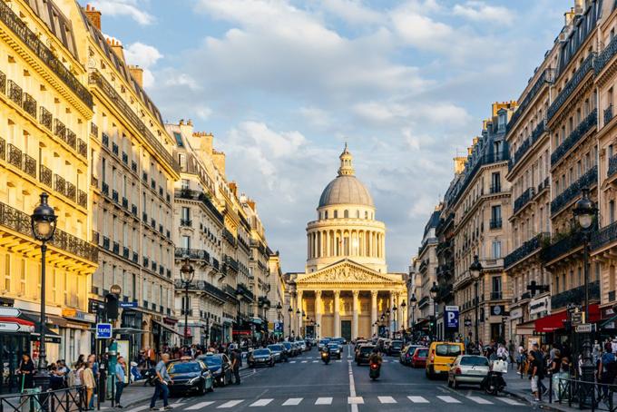 Tỷ phú Pháp và vợ hiện sống tại phố Left Bank bên cạnhsông Seine, Paris, khu vực có giá nhà đắt đỏ nhất của nước Pháp.