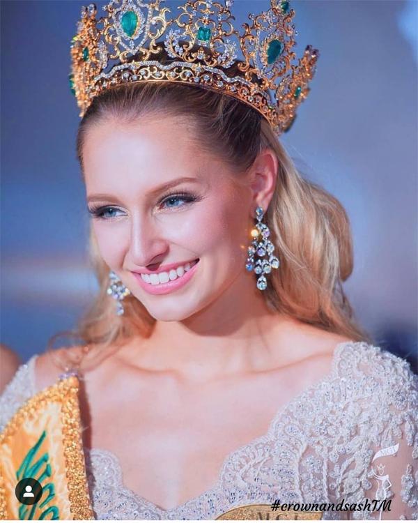 Claire Elizabeth Parker khi đội vương miện Hoa hậu Hòa bình Quốc tế 2015.