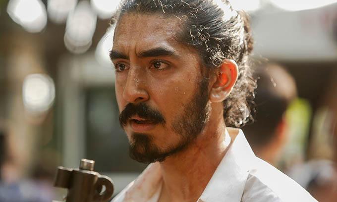 Dev Patel với mang ương mặt mệt mỏi, căng thẳng khi vào vai một nhân viên của khách sạn bị phần tử khủng bố tấn công.