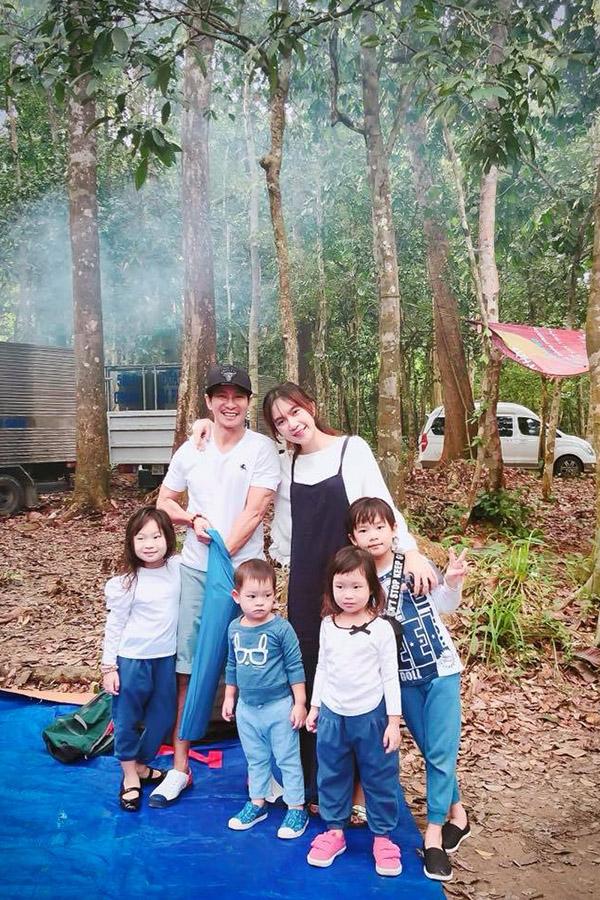 Lý Hải - Minh Hà cùng các con có mặt trên phim trường Lật mặt: Nhà có khách.