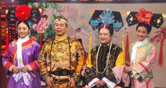Những hình ảnh trong tập mới nhất của chương trình truyền hình Vương Bài Đối Vương Bài, đài Hồ Nam được chia sẻ trên mạng xã hội hôm 13/3, khiến khán giả thích thú. Tập mới đánh dấu màn hội ngộ giữa các nghệ sĩ từng góp mặt trong bộ phim truyền hình nổi tiếng Hoàn Châu Cách cách, năm 1999.