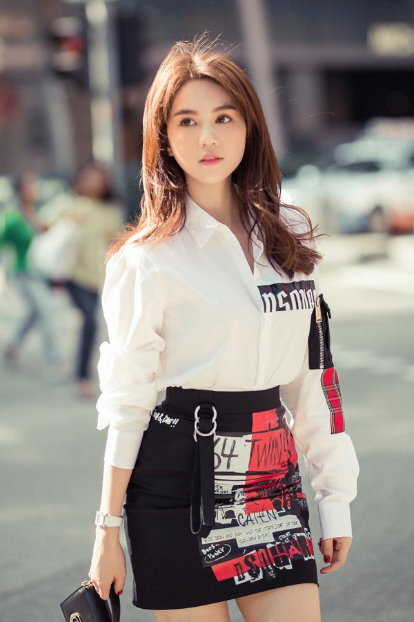 Ngọc Trinh khởi đầu năm 2019 với nhiều thuận lợi. Bộ phim Vu quy đại náo do cô đóng vai chính và góp vốn đầu tư được nhiều khán giả khen ngợi, ủng hộ. Mới đây, Ngọc Trinh cũng gây chú ý khi biểu diễn ở vị trí vedette trên sân khấu Đêm hội chân dài tổ chức tại Singapore.
