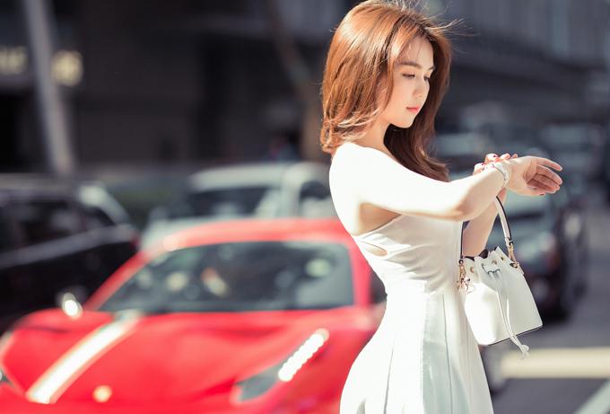 Cô đeo đồng hồ trị giá hàng trăm triệu đồng, diện váy, xách túi nghìn đô dạo phố.
