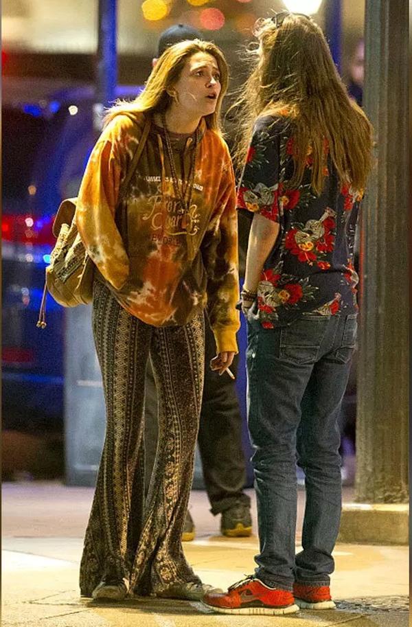 Sau hai ngày tiệc tùng, Paris và bạn trai - rocker Gabriel Glenn - nổ ra cuộc cãi vã gay gắt bên ngoài quán bar.