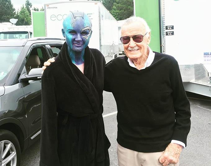 Stan Lee chụp cùng nữ diễn viên Karen Gillan trên phim trường Avengers: Infinity War.