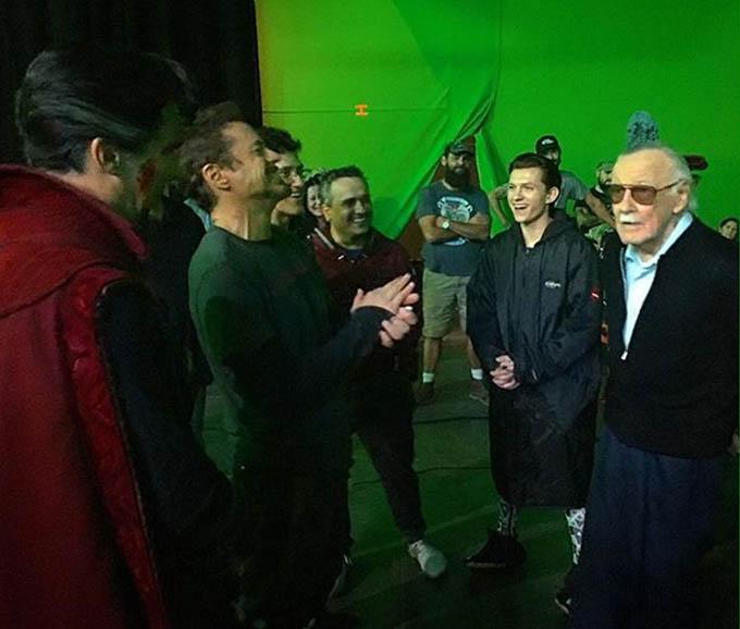 Stan Lee (ngoài cùng bên phải) hội ngộ dàn sao quen thuộc của Marvel trên trường quay Avengers: Infinity War (Avengers: Cuộc chiến vô cực). Phim chiếu tháng 4/2018.