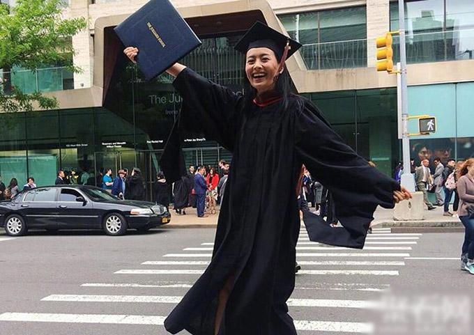 Trần Pháp Lai hạnh phúc trong ngày nhận bằng tốt nghiệp.