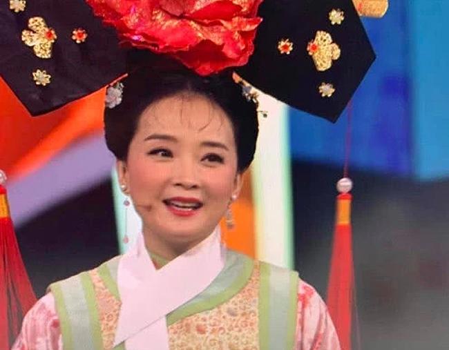 Vương Diễm xuất hiện trên sân khấu với bộ trang phục cô từng mặc 20 năm trước, khi đóng Hoàn Châu Cách cách.