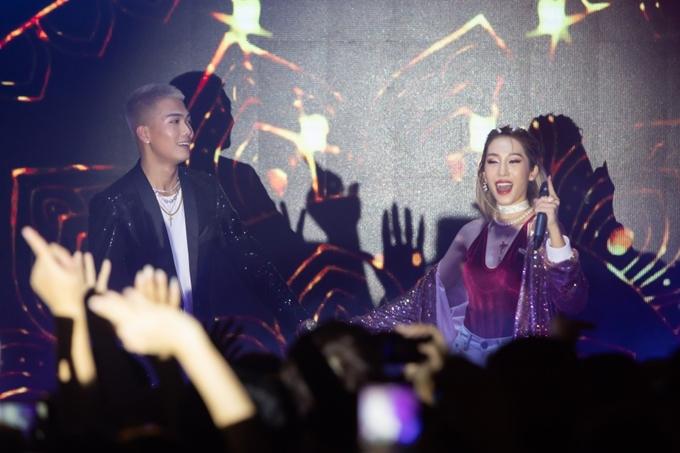 Tại đây, cặp đôi đã gửi đến người hâm mộ những ca khúc gắn liền với tên tuổi như 'Mùa xa nhau', 'Xin anh đừng', 'Nói với em',... cũng như 'Mượn rượu tỏ tình'.