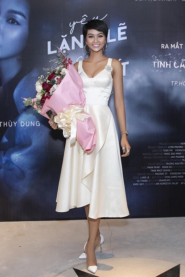 Hoa hậu HHen Niê diện váy khoe vòng một gợi cảm đến mừng người anh thân thiết.