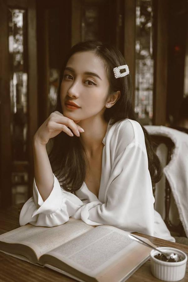 Mốt kẹp mái thịnh hành ở cuối những năm 90 được nhiều người đẹp Việt nhiệt tình lăng xê. Jun Vũ với hình ảnh nhẹ nhàng, thanh lịch khi đi nghỉ dưỡng tại Phú Quốc.