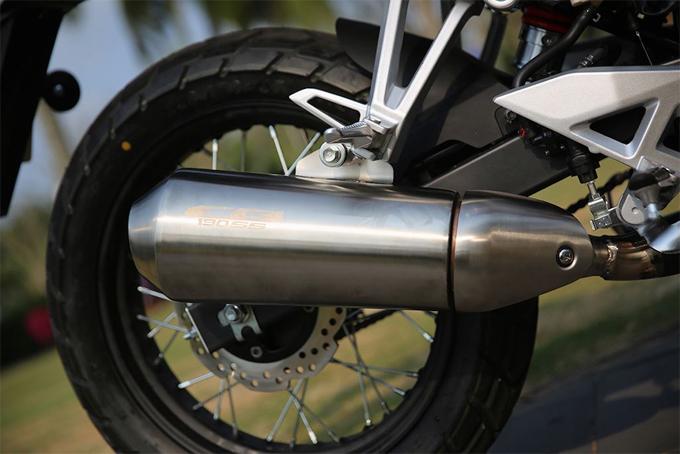 So với CB190R, CB190SS sở hữu hệ thống phanh cao cấp hơn khi được trang bị tính năng chống bó cứng ABS. Tuy nhiên, làdòng xe giá rẻ nên mẫu mô tô này chỉ có ABS mộtkênh dành cho bánh trước. Để phù hợp với kiểu dáng cổ điển, Honda thiết kế hệ thống xả vỏ nhôm mờ với dòng chữ CB190SS bắn laser.