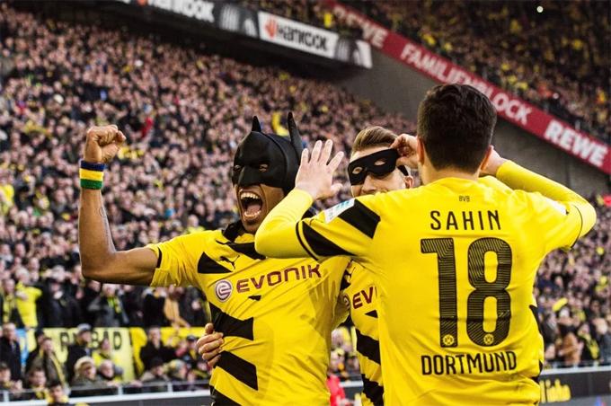 Tiền đạo người Gabon đeo mặt mạ Batman khi còn ở Dortmunf.