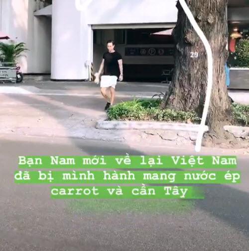 Kim Lý mang nước ép cho bạn gái.