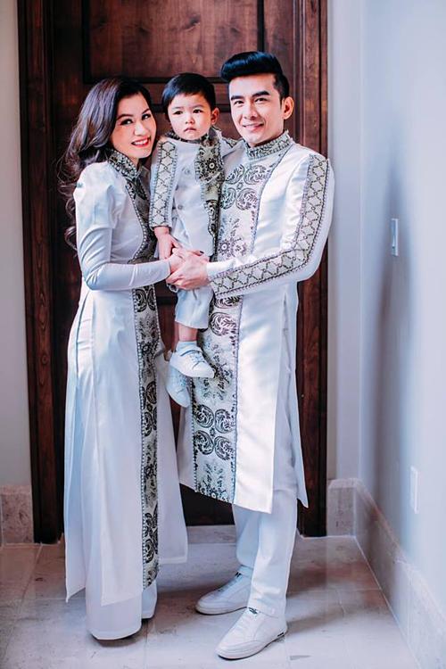 Thủy Tiên (bà xã Đan Trường) đăng ảnh cả nhà diện áo dài đi đám cưới. Cô viết: Em gái, em hãy luôn sống vui vẻ và hạnh phúc trong tình yêu thương che chở của Thiên Chúa. Chúc mừng em và em rể.