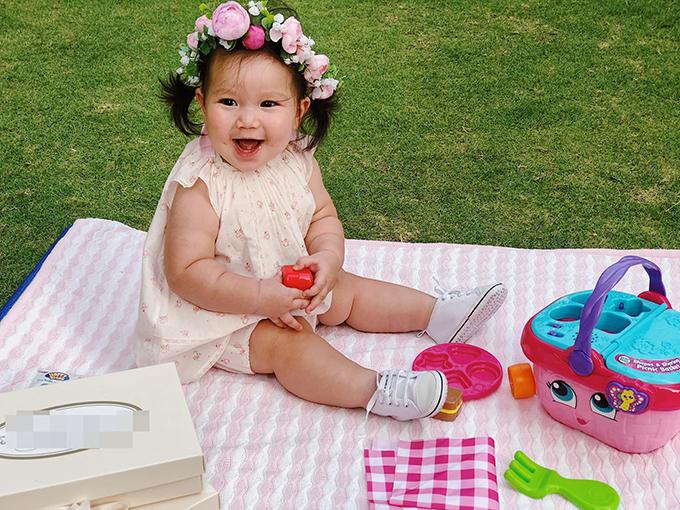 Bé Myla - con gái siêu mẫu Hà Anh - ngày càng bụ bẫm, đáng yêu. Cô bélộ má lúm đồng tiền khi cười.