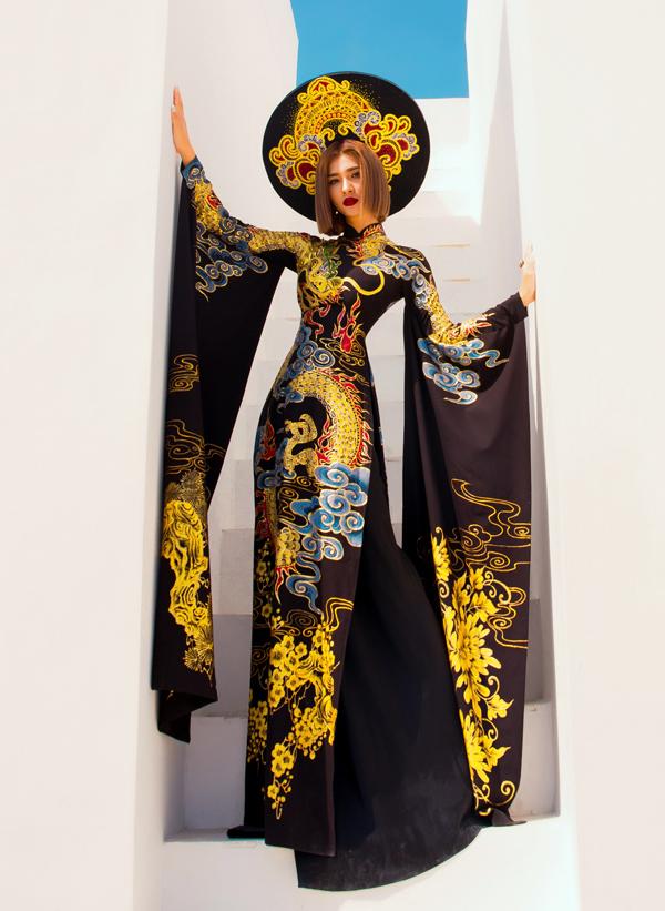 Kim Tuyến giới thiệu sưu tập áo dài đa phong cách của nhà thiết kế Minh Châu. Trang phục họa tiết rồng, tay áo rộng và dài khiến người đẹp toát lên vẻ uy quyền như các bà hoàng thời xưa.