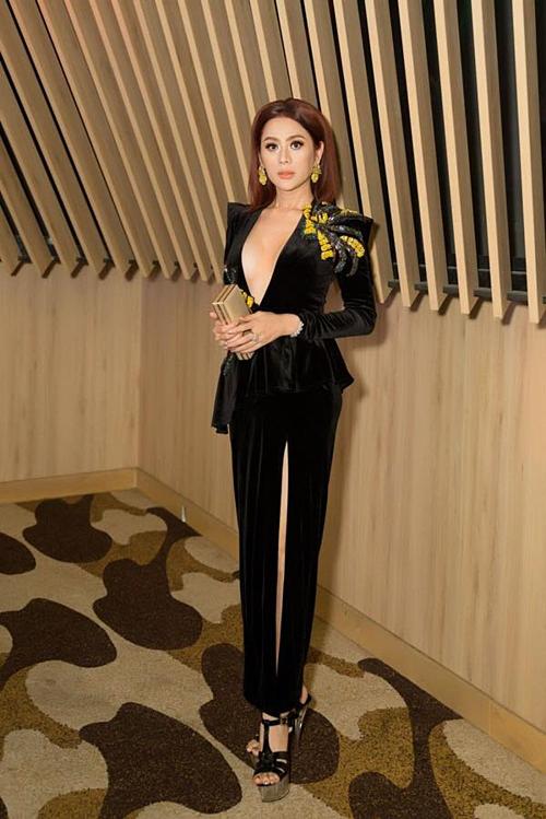Lâm Khánh Chi pose hình khi dự sự kiện.