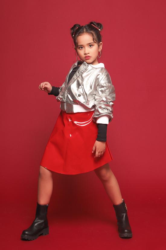 Trang phục ánh kim, vải metalic được đưa vào các mẫu áo bomber, chân váy xếp tầng... giúp bé gái thêm phần xinh xắn.