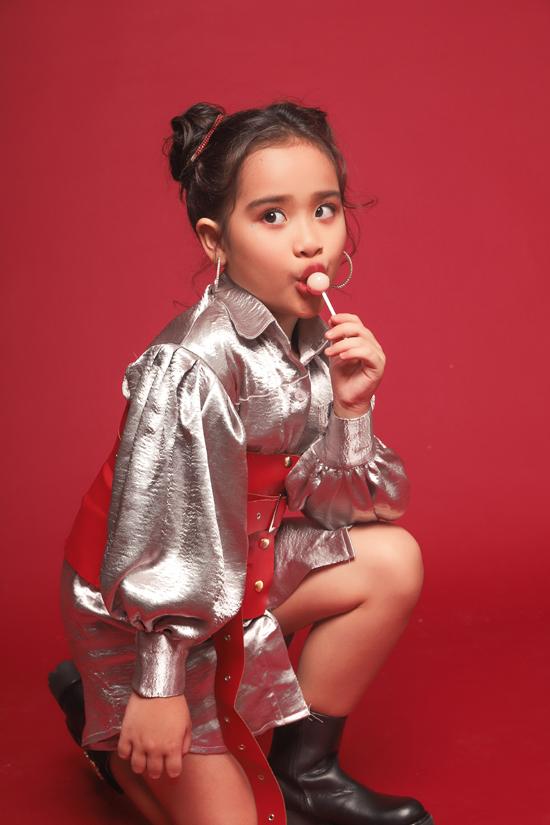 Bộ ảnh được thực hiện với sự hỗ trợ của nhiếp ảnh Nguyễn Du, trang điểmHuy Nguyễn, làm tócKen Huỳnh, stylistPhương Phương,trang PhụcĐức Lê.
