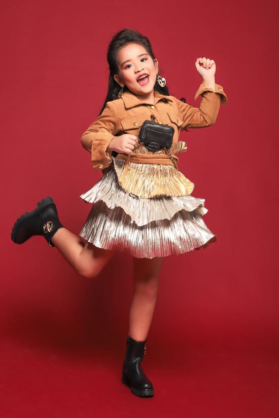 Suri Thiên Kim mới 6 tuổi vàđang học lớp Prep tại Sis.Cô bé theo học lớp mẫu nhí Pinkids của đạo diễn thời trang Nguyễn Hưng Phúc hơn 6 tháng nhưng đã thay đổi rất nhiều từ kỹ năng biểu diễn catwalk cho đến tạo dáng trước ống kính.
