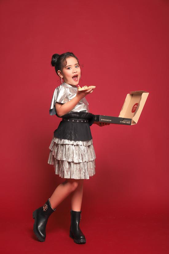 Gia đình luôn ủng hộ và cố gắng tạo mọi điều kiện để Suri Thiên Kim có thể theo đuổi ước mơ của mình. Hiện tại Suri Thiên Kim cũng là một trong những gương mặt được các nhãn hàng thời trang lựa chọn nhiều nhất.