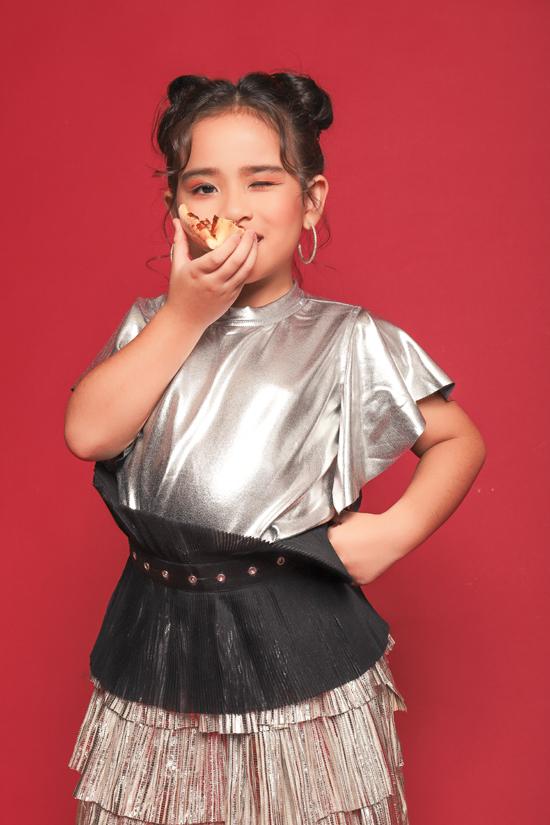 Với gương mặt trái xoan xinh xắn và đáng yêu, Suri Thiên Kim cũng là một mẫu nhí nhận được nhiều lời mời chụp ảnh và biểu diễn.