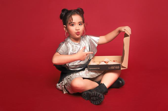 Ba mẹSuri Thiên Kim vẫn muốn con gái học thật giỏi những môn văn hóa ở trường hơn, và chỉ cho tham gia các hoạt động ngoại khóa vào những dịp cuối tuần hay nghĩ lễ.