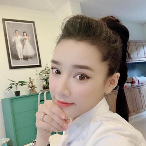 Nhã Phương selfie khoe một góc căn nhà của mình và hỏi fan: Bi đã già chưa vậy cả nhà?.