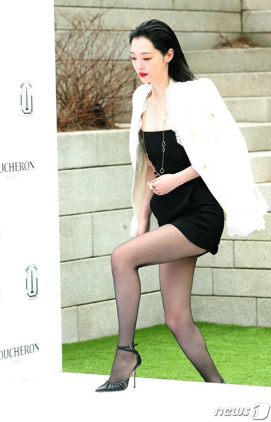 Sulli dự sự kiện của thương hiệu thời trang cô là gương mặt đại diện. Nữ diễn viên, ca sĩ khoe đôi chân dài miên man, vóc dáng mảnh mai trong một thiết kế trẻ trung. Trái với phong cách nổi loạn thường thấy, Sulli ghi điểm hoàn toàn nhờ vẻ đẹp nữ tính.
