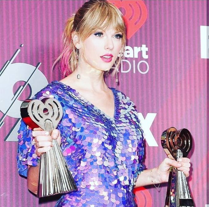 Cô còn ẵm thêm giải Video ca nhạc hay nhất với MV Delicate.