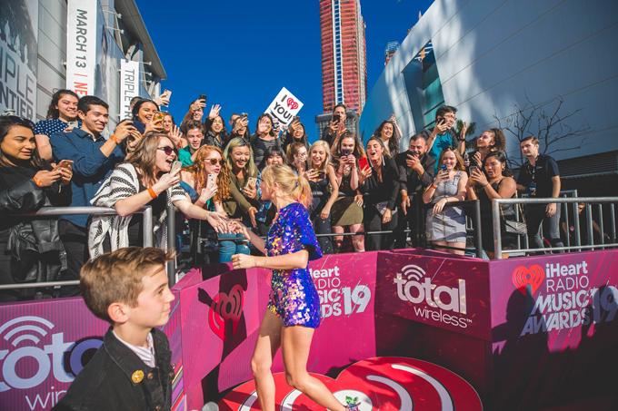 Taylor hào hứng bắt tay người hâm mộ bên ngoài nhà hát Microsoft ở Los Angeles.
