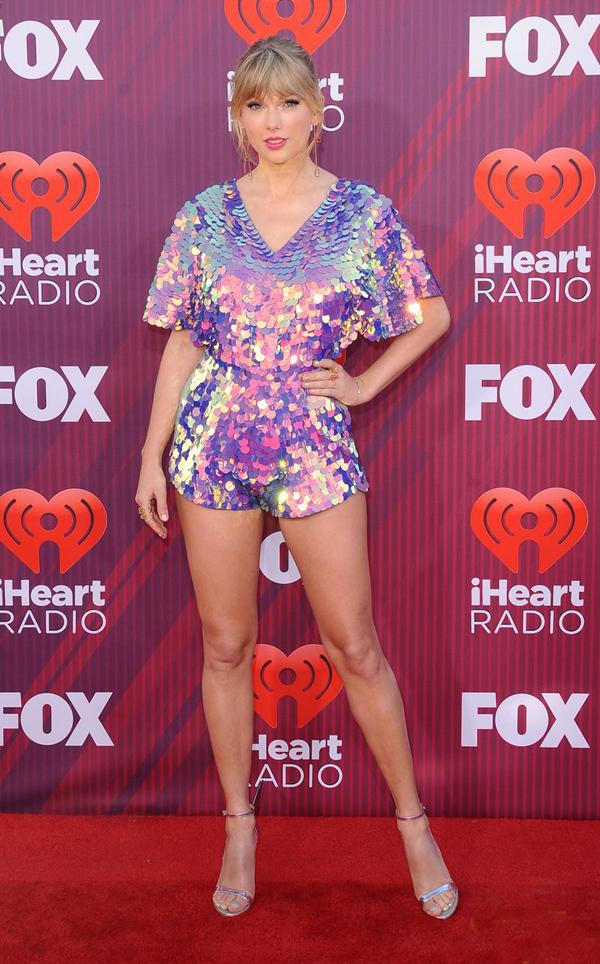 Taylor khoe đôi chân dài miên man trong bộ jumpsuit ngắn.