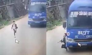 Bé trai suýt chết khi bị xe buýt tông vì qua đường ẩu