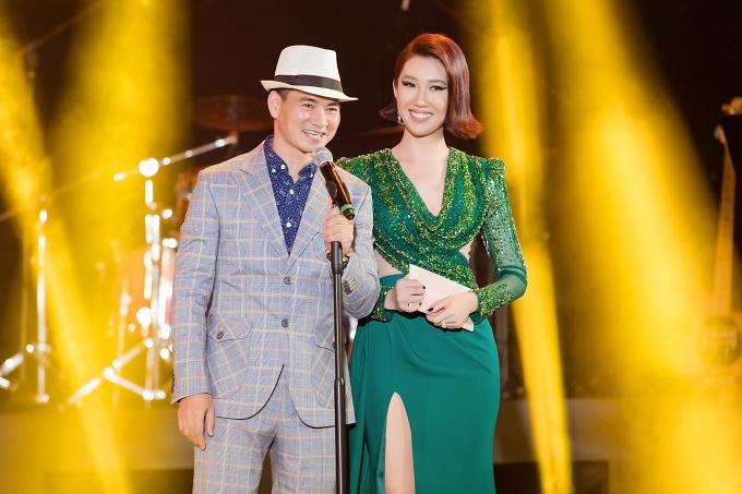 NSƯT Xuân Bắc - Thúy Ngân lên sân khấu trao giải Web Series đột phá và Ca khúc hiện tượng của năm.