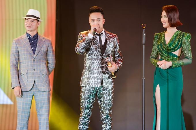 Ca sĩ Châu Khải Phong (giữa) hạnh phúc nhận giải Ca khúc hiện tượng.