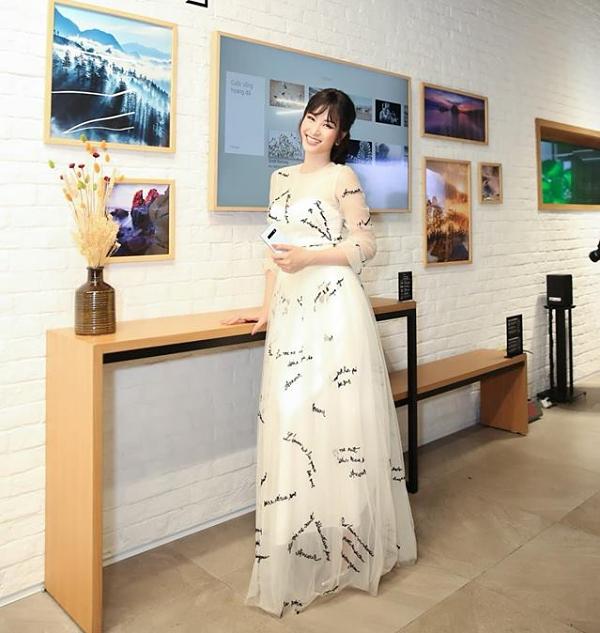 Ca sĩ Đông Nhi đổi phong cách với chiếc váy bay bổng.